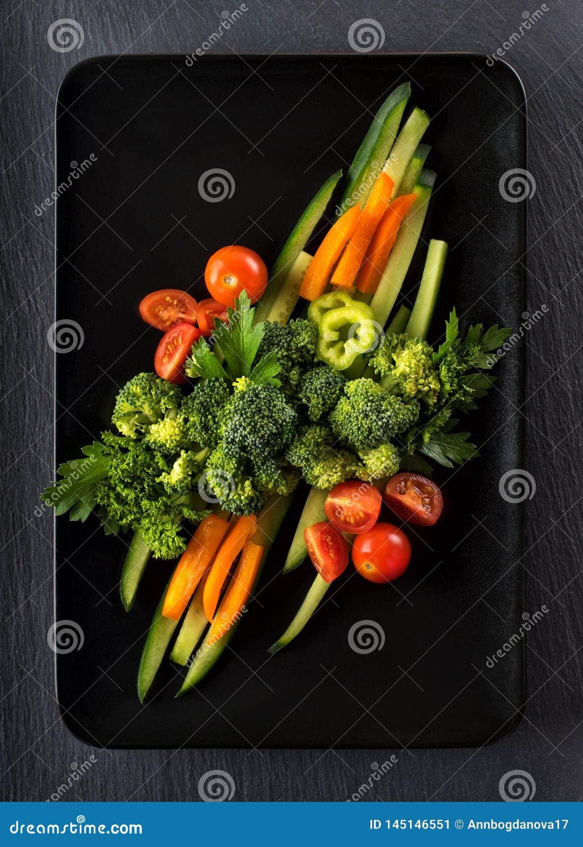λαχανικά σε ένα μαύρο πιάτο