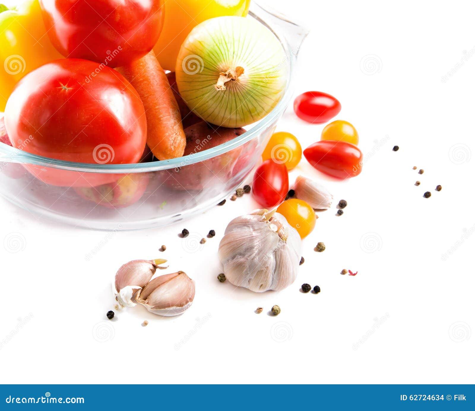 Λαχανικά σε ένα δοχείο γυαλιού που απομονώνεται στο άσπρο υπόβαθρο