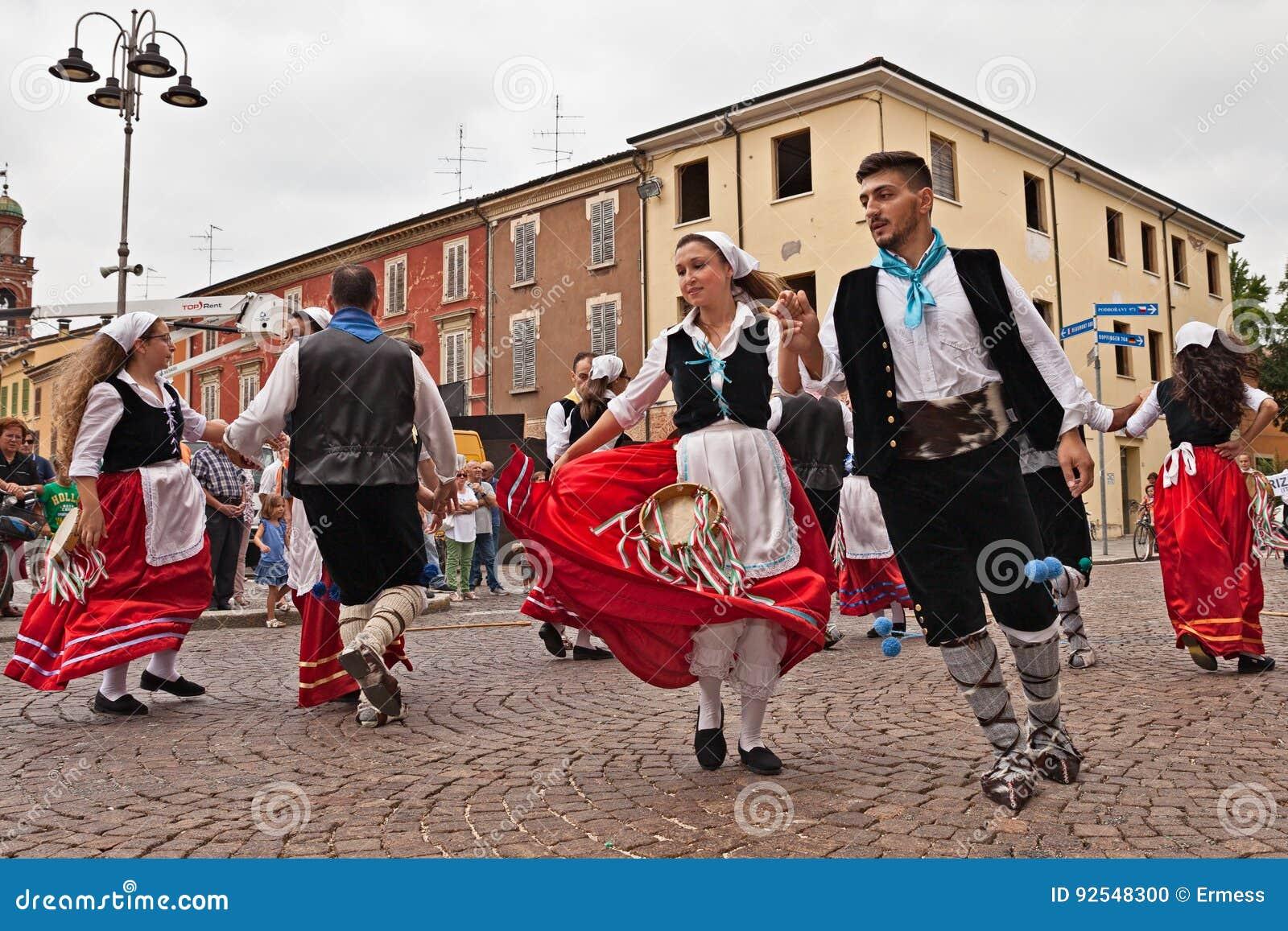 0d14753171de Το λαϊκό σύνολο Irizema χορού από τη μαρίνα Bova