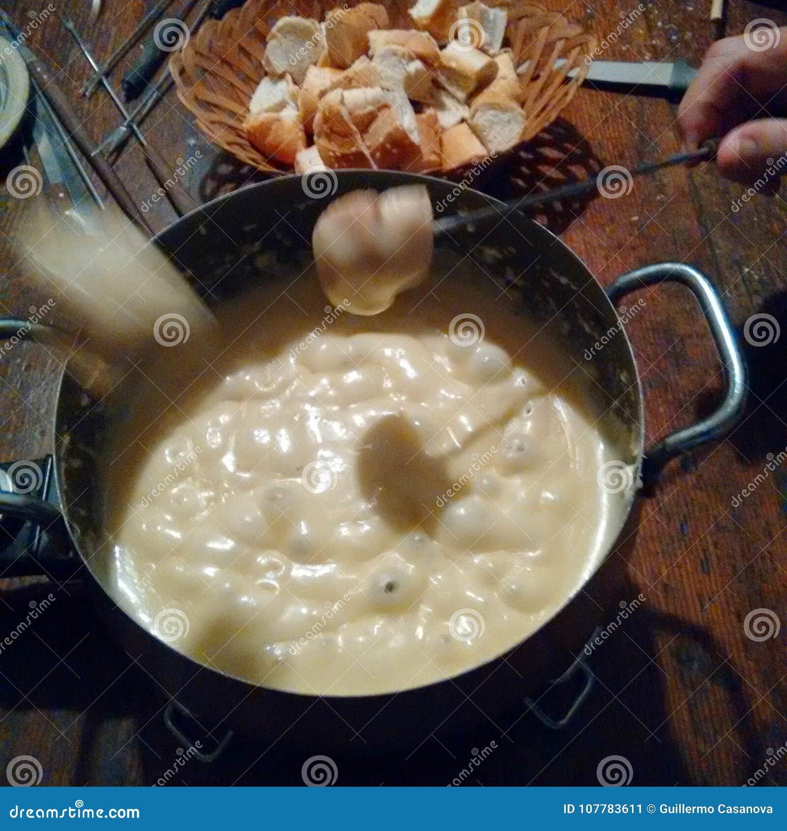 λειωμένο fondue κομμάτι τυριών ψωμιού