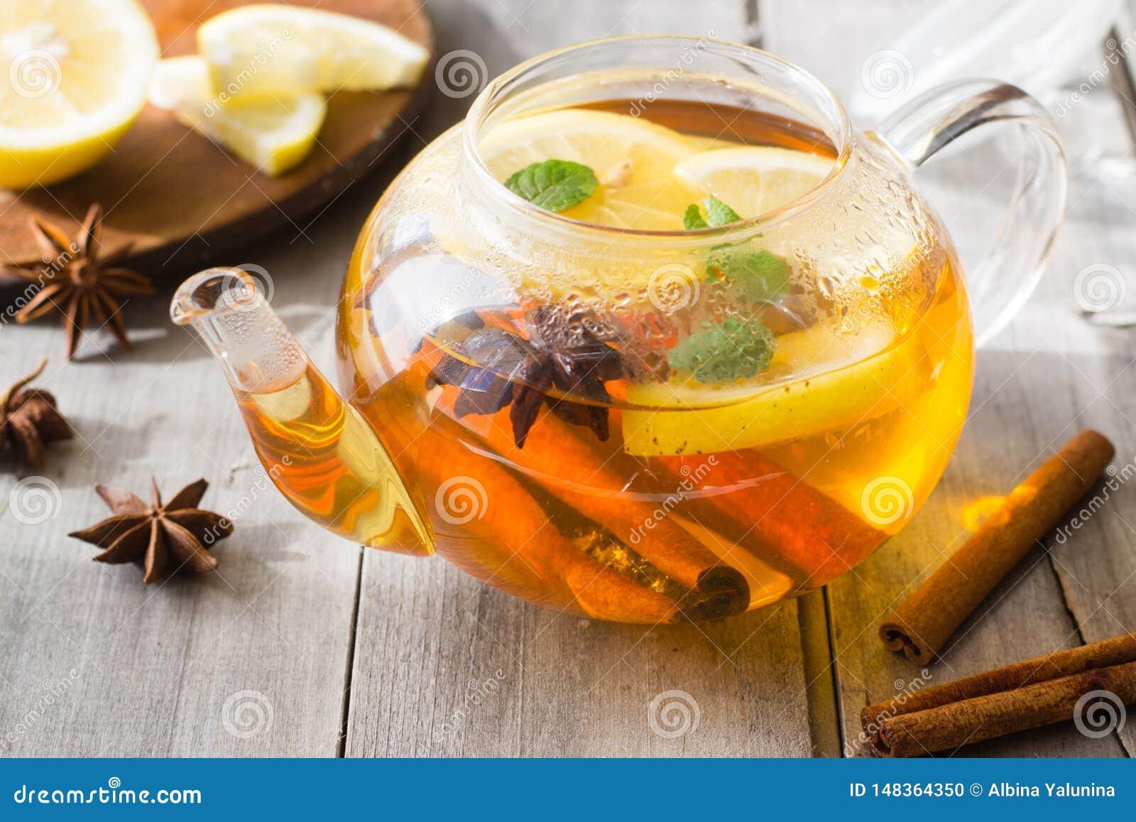 Λεμόνι, κανέλα, anis αστεριών, τσάι μεντών