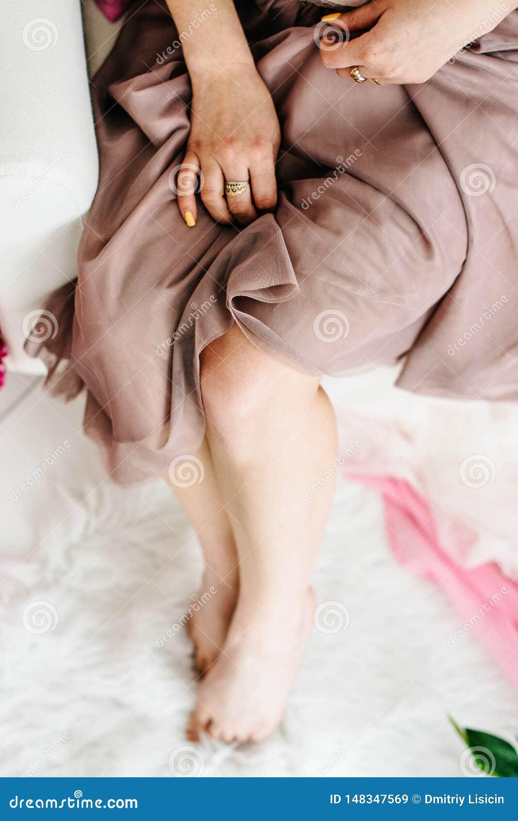 Λεπτά πόδια ενός όμορφου νέου κοριτσιού