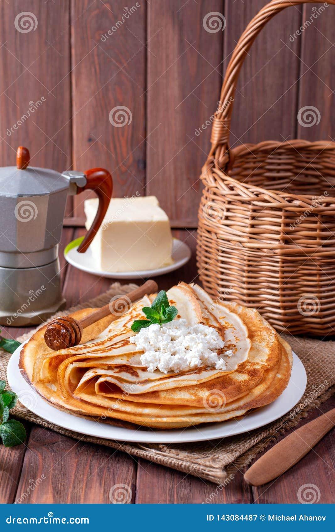 Λεπτές τηγανίτες στάρπης σε ένα άσπρο πιάτο Ο σωρός crepes, ρωσικό blin