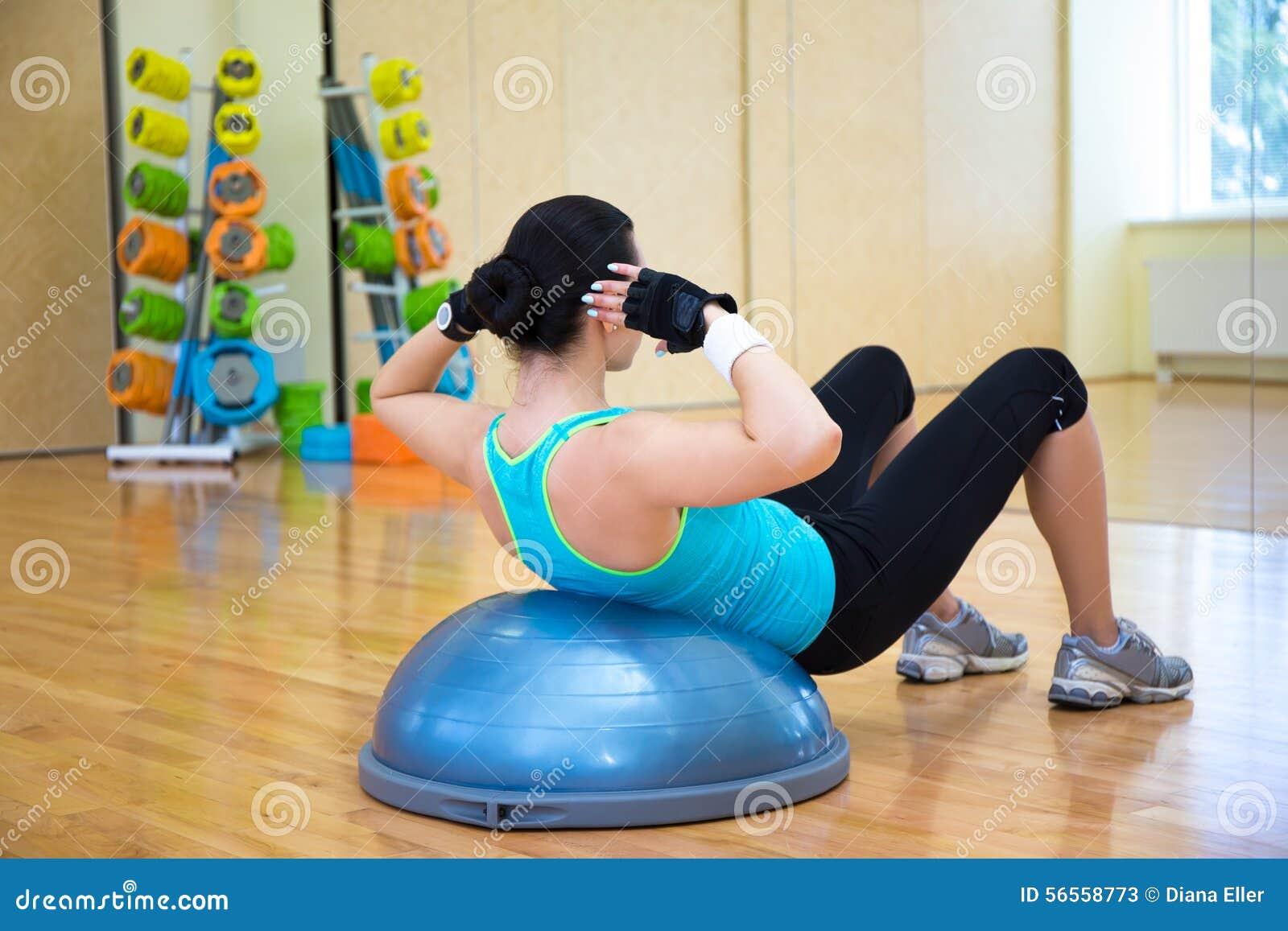 Download Λεπτή γυναίκα που επιλύει με τη σφαίρα Bosu στη γυμναστική Στοκ Εικόνα - εικόνα από leisure, μυϊκός: 56558773