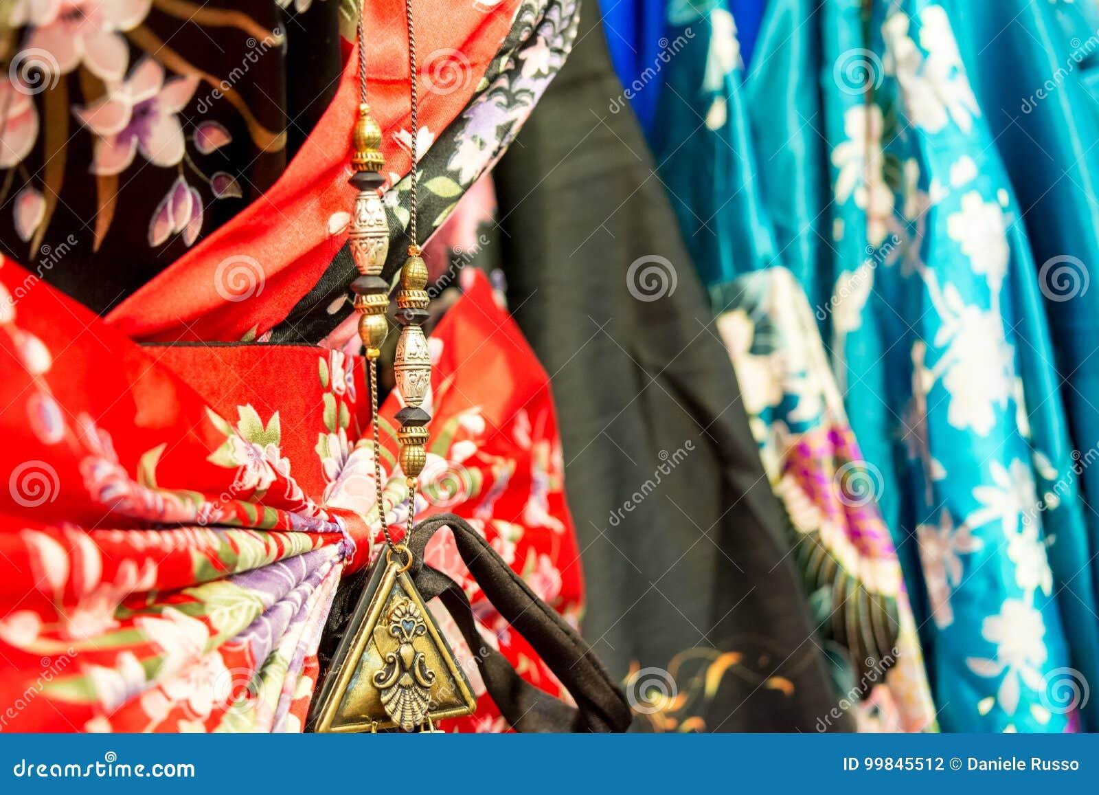 6c9ceabec1c λεπτομέρεια ενός κινεζικού περιδεραίου στα κινεζικά φορέματα στην αγορά