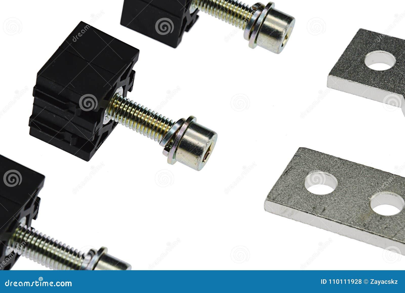 Λεπτομέρεια της γραμμής ηλεκτρικών σφιγκτηρών πιάτων χάλυβα με τις βίδες Άλλεν και τις σέλες PVC, άσπρο υπόβαθρο