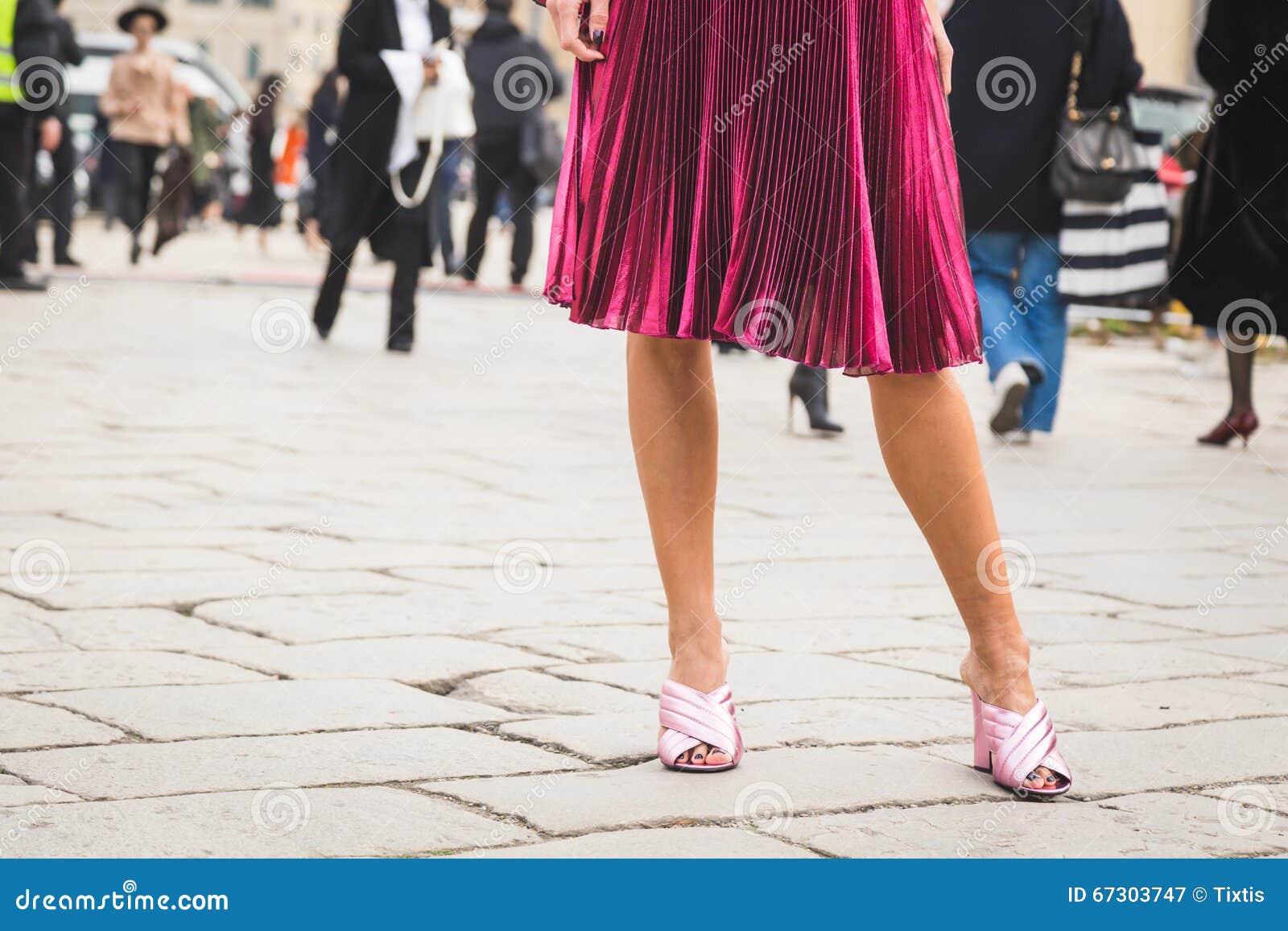 7ae4f91b630c Λεπτομέρεια των παπουτσιών έξω από το κτήριο επιδείξεων μόδας της ...
