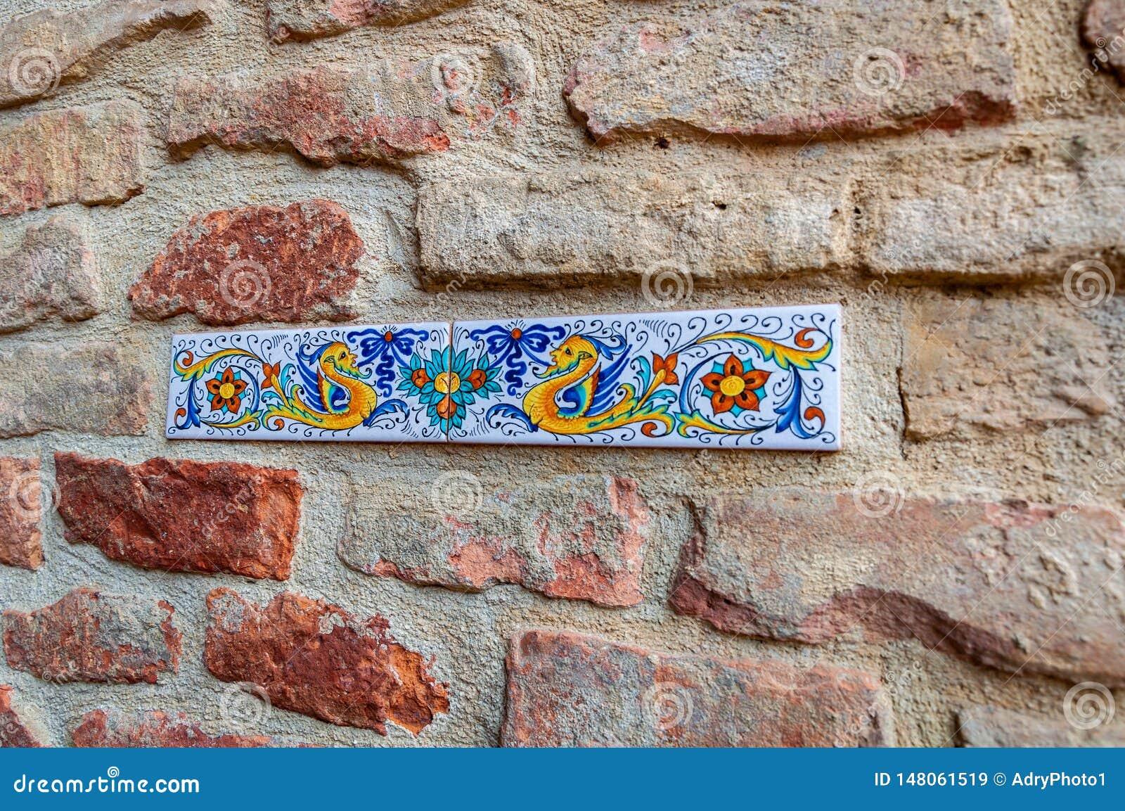 Λεπτομέρεια των τοίχων σε Deruta, μια πόλη στην Ουμβρία διάσημη την καλλιτεχνική κεραμική του που κατασκευάζεται για και ζωγραφισ