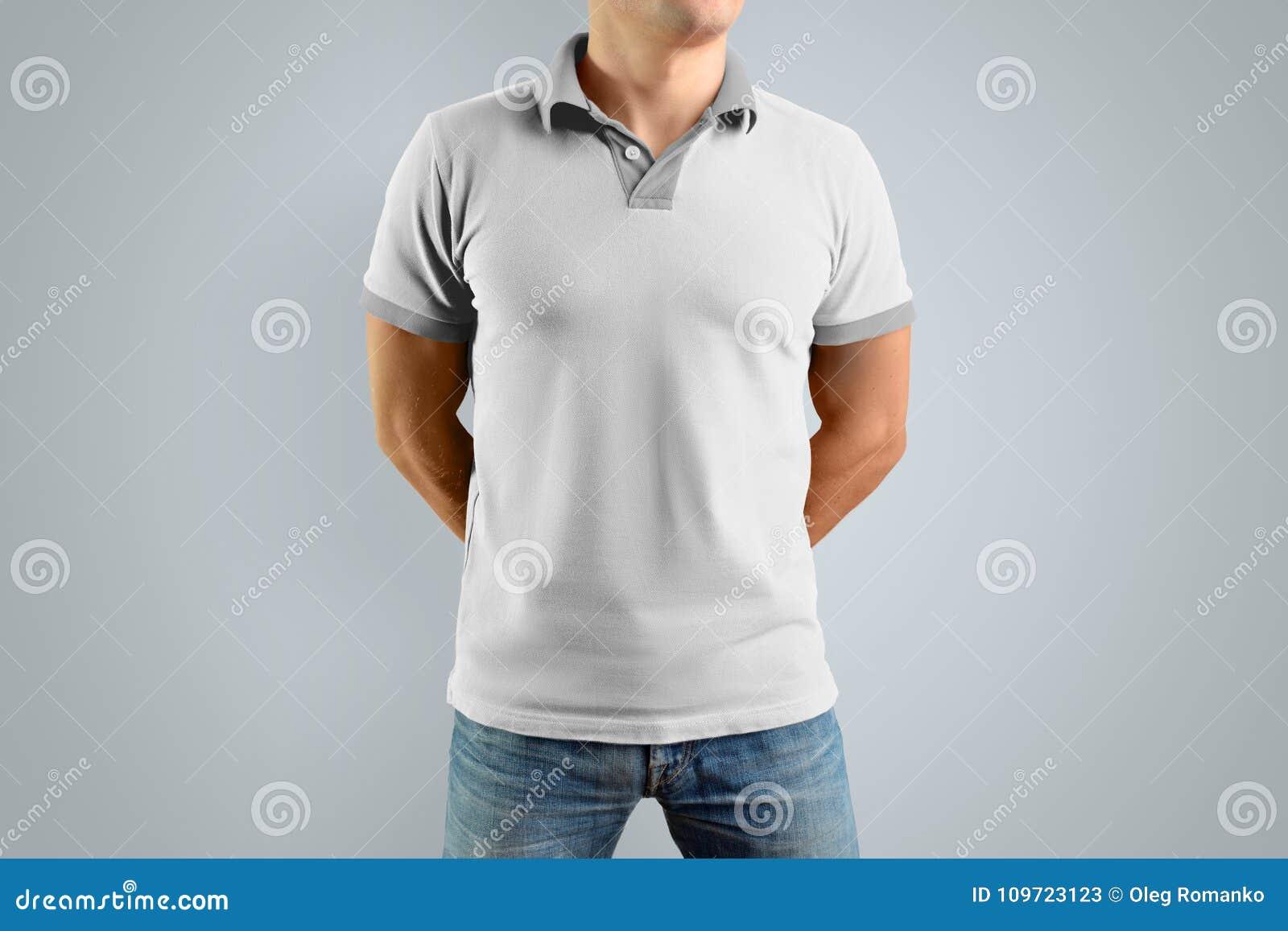 4686ed517d7 Λεπτό άτομο στο άσπρα πουκάμισο και το τζιν παντελόνι πόλο που απομονώνονται  στο γκρίζο υπόβαθρο, μπροστινή άποψη Πρότυπο για το γραφικό σχέδιό σας