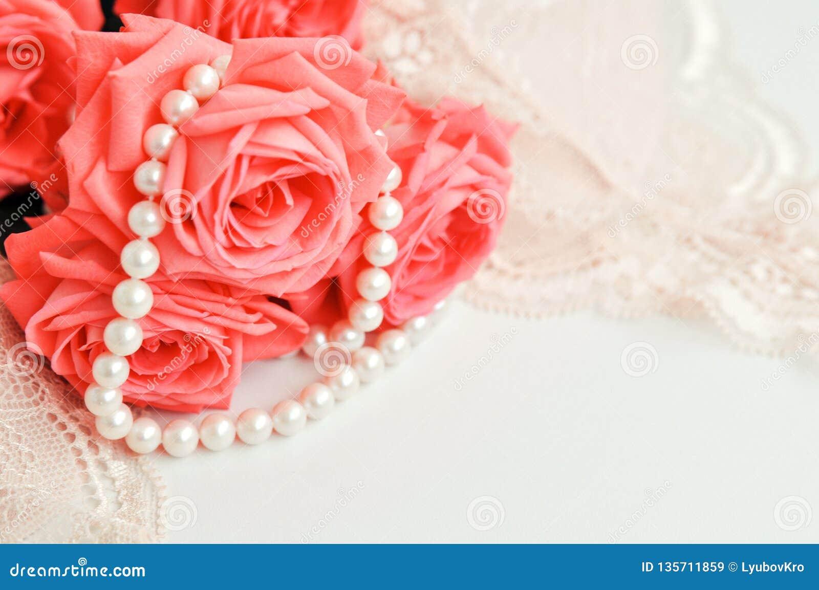 Λεπτό θηλυκό θέμα Ρόδινο χρώμα τάσης τριαντάφυλλων κοραλλιών σε έναν χλωμό - ρόδινο περιδέραιο στηθοδέσμων και μαργαριταριών σε έ