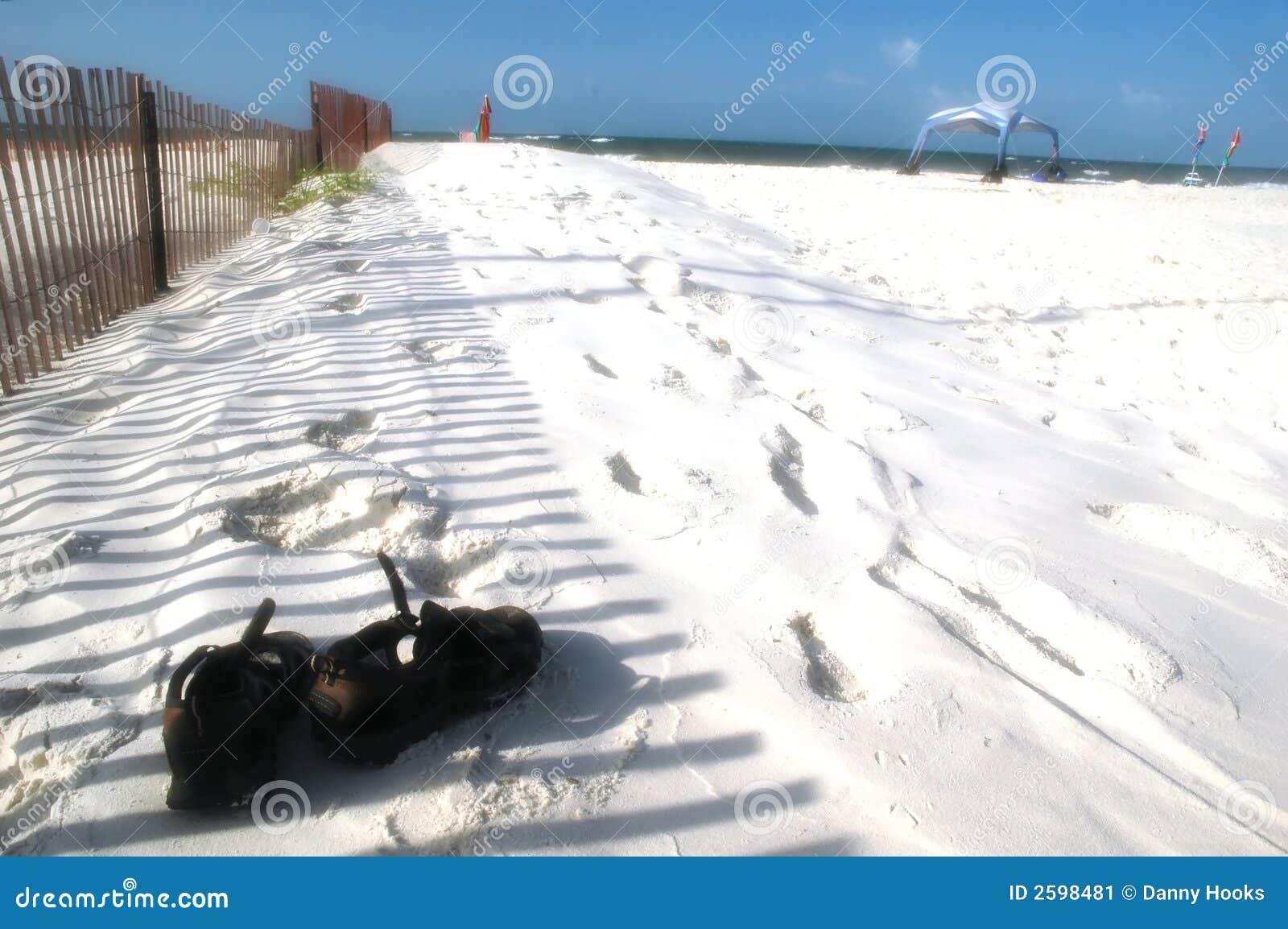 λευκό σανδαλιών άμμου πα&rho