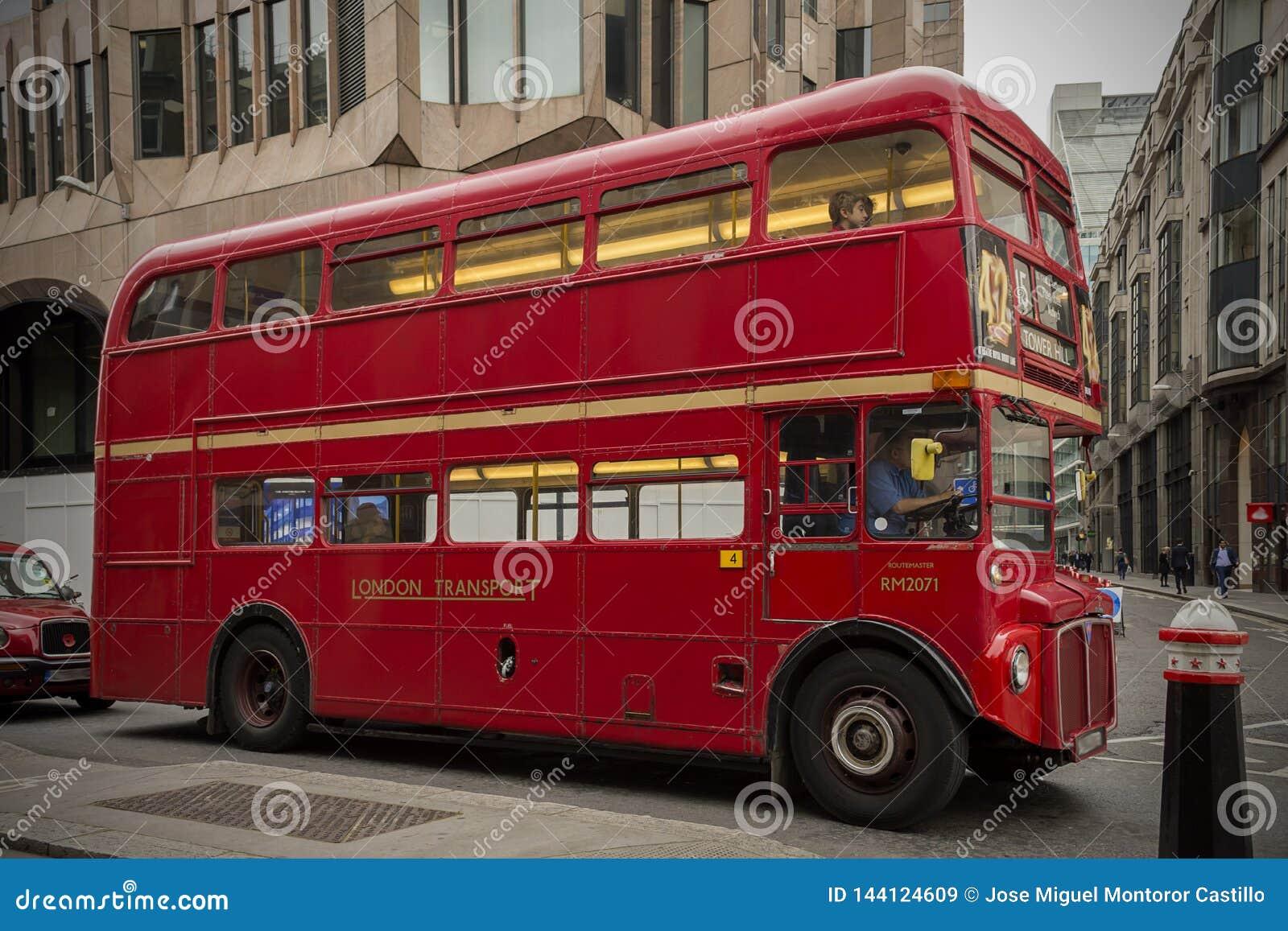 Λεωφορείο του Λονδίνου στην κυκλοφορία