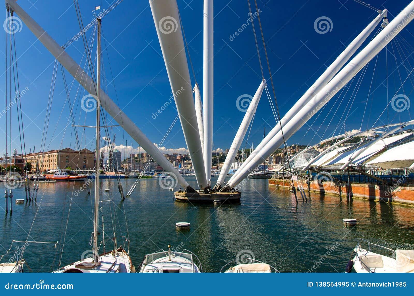 Λιμάνι του Πόρτο Antico με τα άσπρα γιοτ πολυτέλειας και την έλξη, Γένοβα
