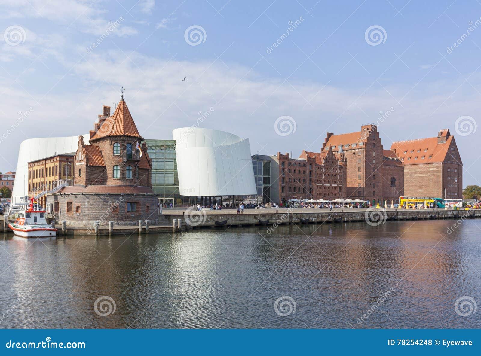 Λιμάνι Stralsund με το κτήριο Ozeaneum