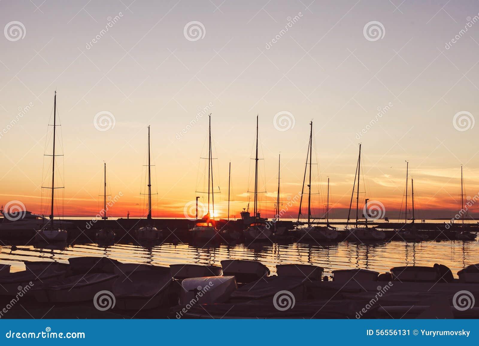 Download Λιμένας γιοτ στο ηλιοβασίλεμα Στοκ Εικόνα - εικόνα από sailboat, βακκινίων: 56556131