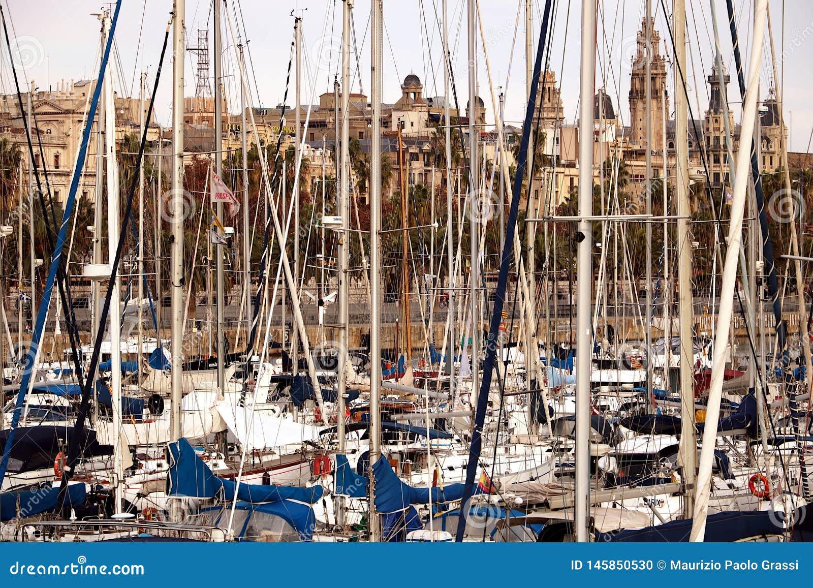 Λιμένας της Βαρκελώνης με τις δεμένες πλέοντας βάρκες