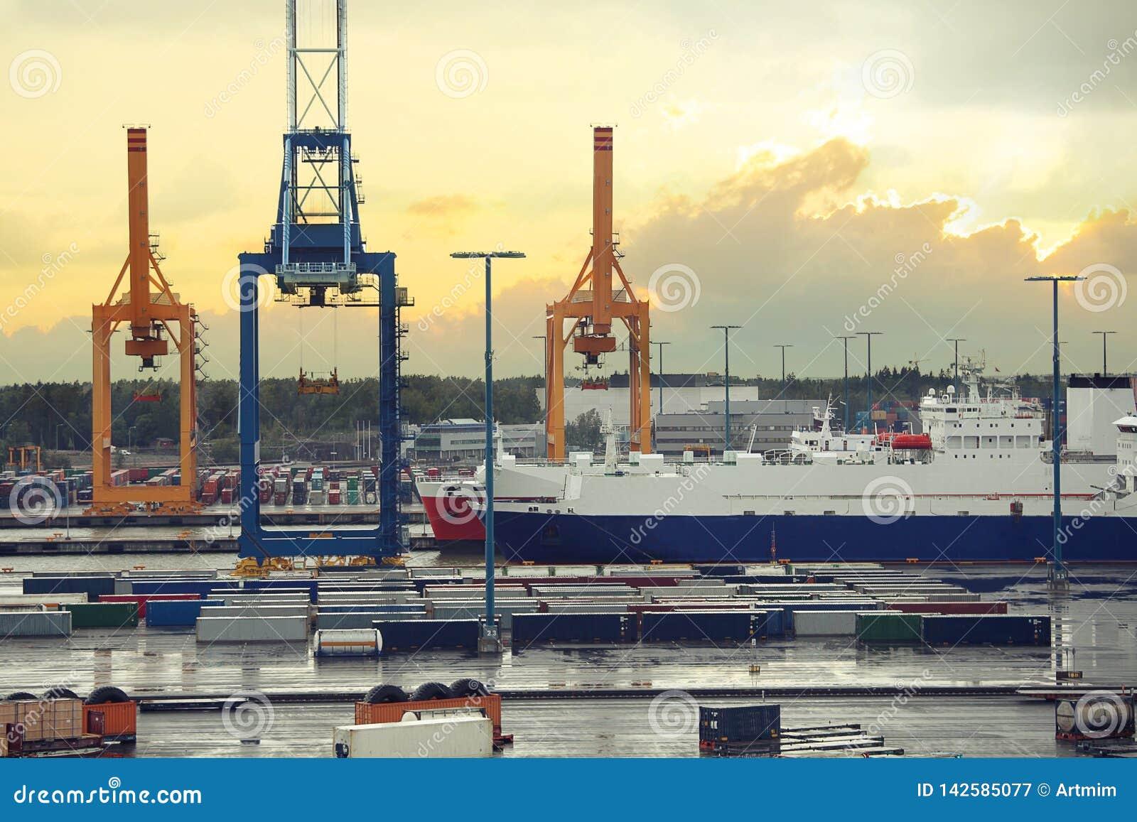 Λιμένας φορτίου στο Ελσίνκι Λιμενικοί γερανοί στο λιμένα φορτίου θάλασσας με το σκάφος Ελσίνκι, Φινλανδία