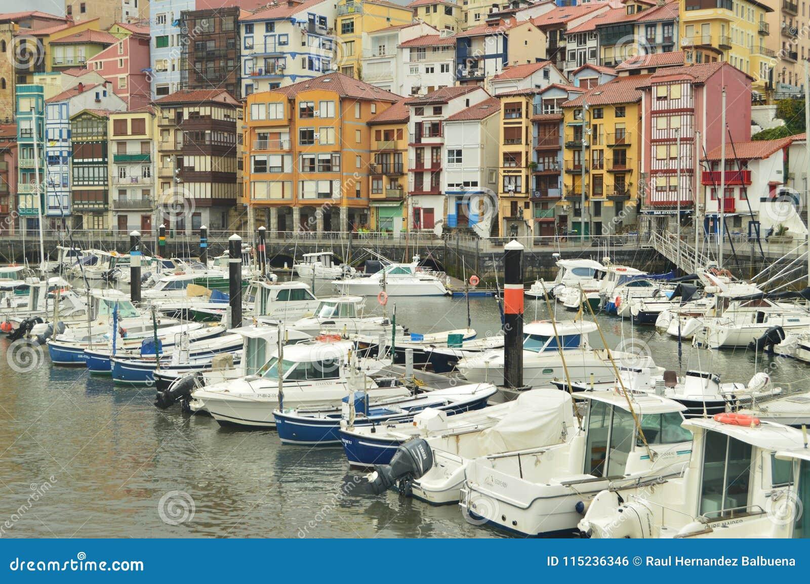 Λιμένας Berneo με την αλιεία του και αθλητικές βάρκες στην πρόσδεση από Huracan Hugo Φύση ταξιδιού ναυσιπλοΐας