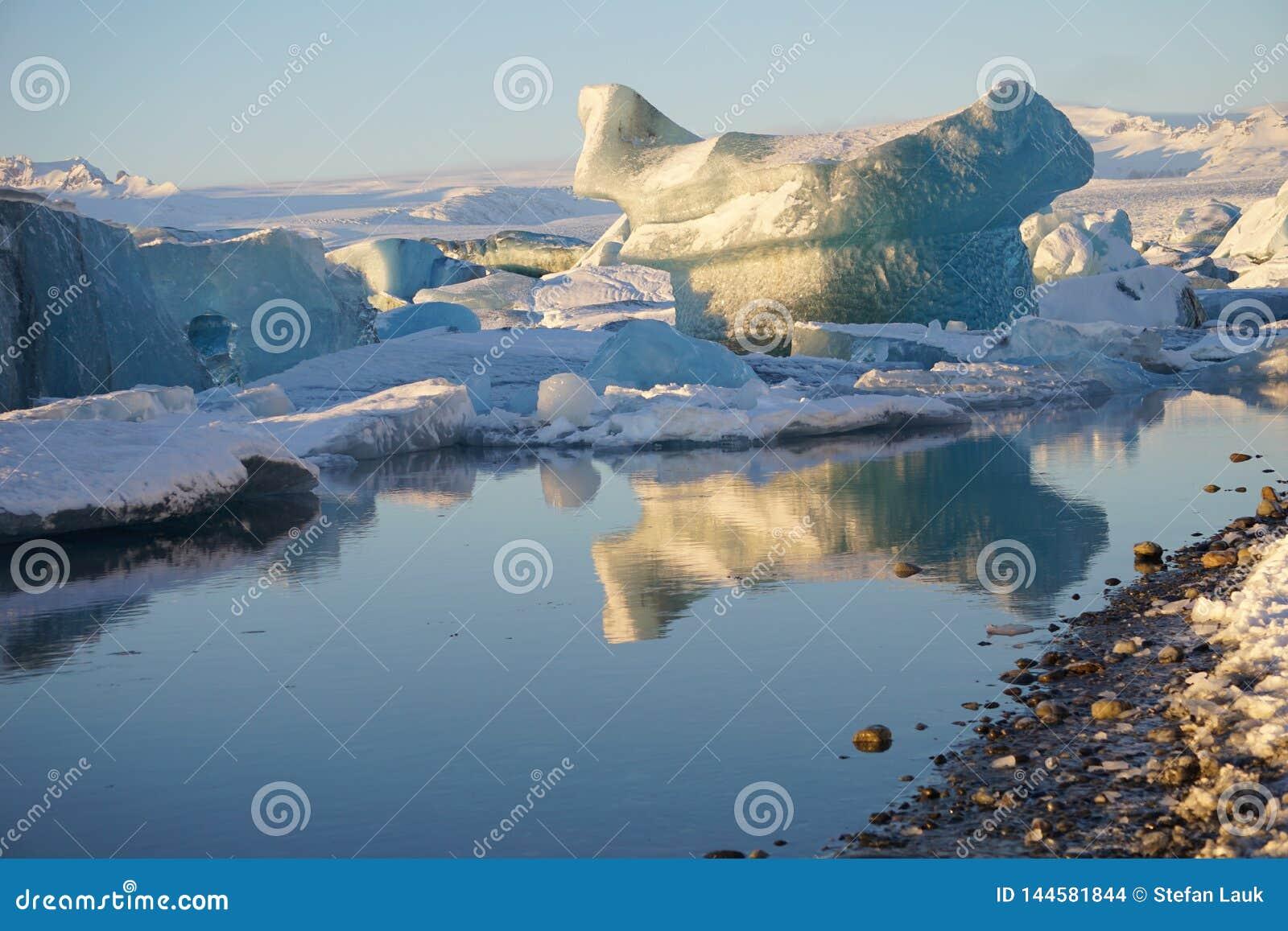 Λιμνοθάλασσα παγετώνων Jokulsarlon το χειμώνα της Ισλανδίας