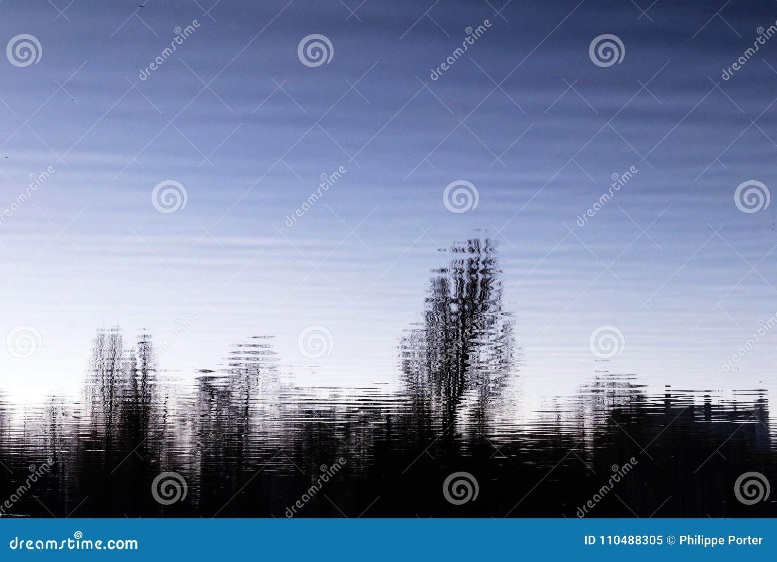 Λιμνών νύχτας υγρή αντανάκλαση σκιαγραφιών δέντρων σύννεφων αφηρημένη