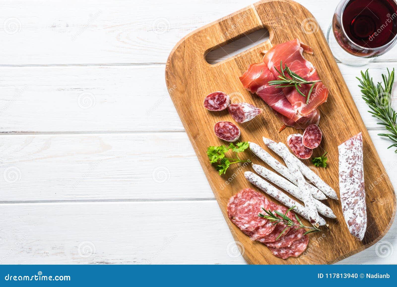 Λιχουδιές Antipasto - κρέας, ζαμπόν και κρασί στο λευκό