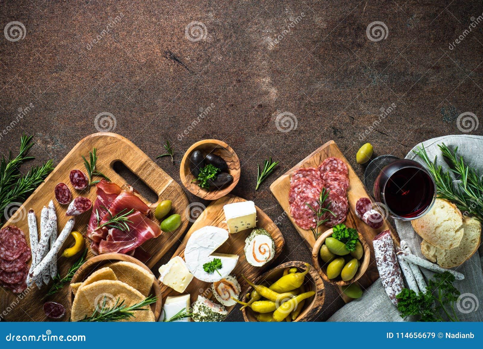 Λιχουδιές Antipasto - κρέας, τυρί, ελιές και κρασί στην πέτρα