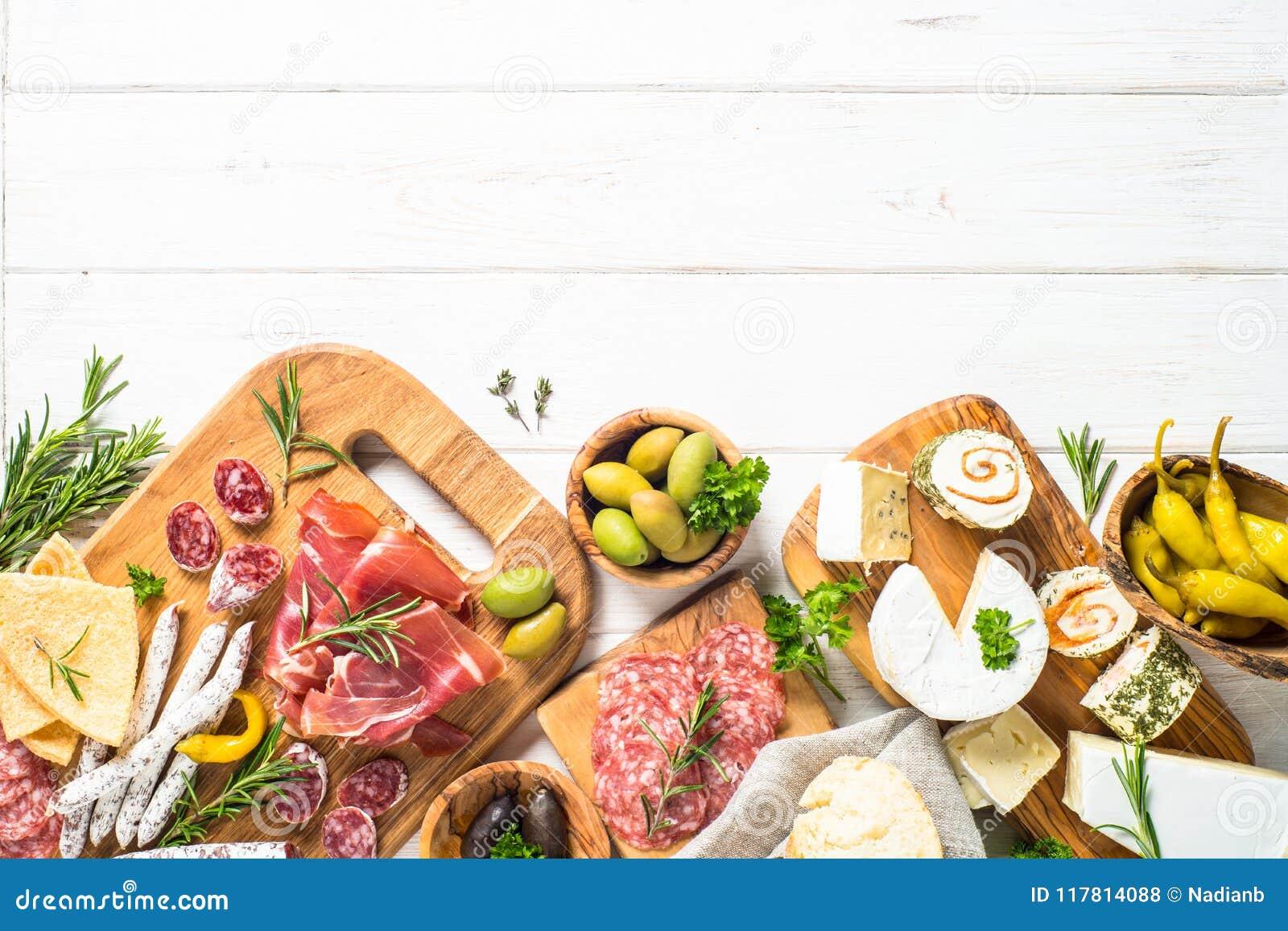 Λιχουδιές Antipasto - κρέας, τυρί και ελιές