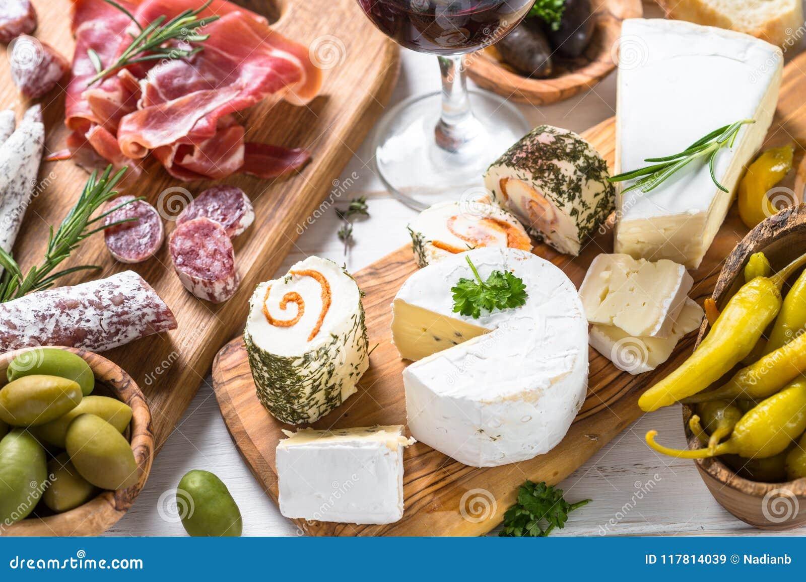 Λιχουδιές Antipasto - κρέας, τυρί και κρασί