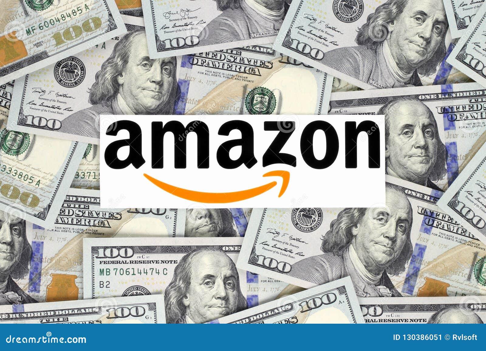 Λογότυπο του Αμαζονίου που τυπώνεται σε χαρτί, που κόβεται και που τοποθετείται στο υπόβαθρο χρημάτων