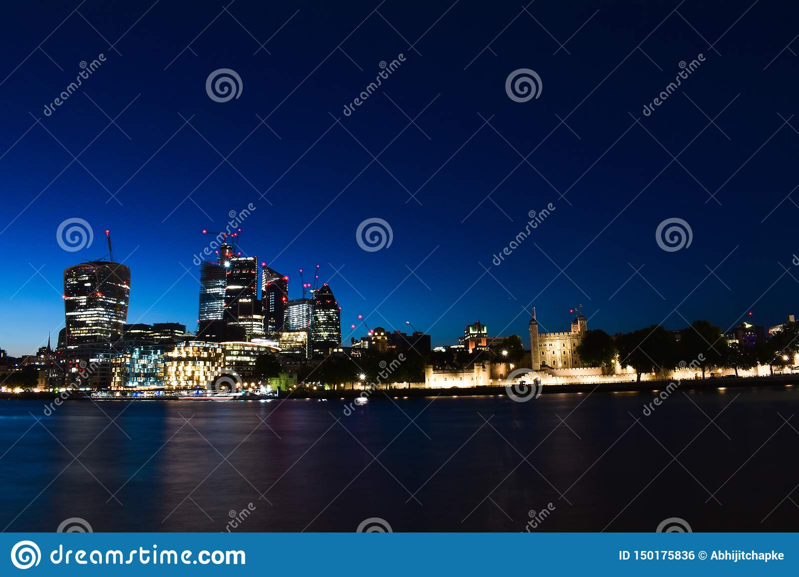 Λονδίνο κεντρικός Το νότιο Λονδίνο κοντά στη γέφυρα πύργων φαίνεται τόσο όμορφο στη νύχτα