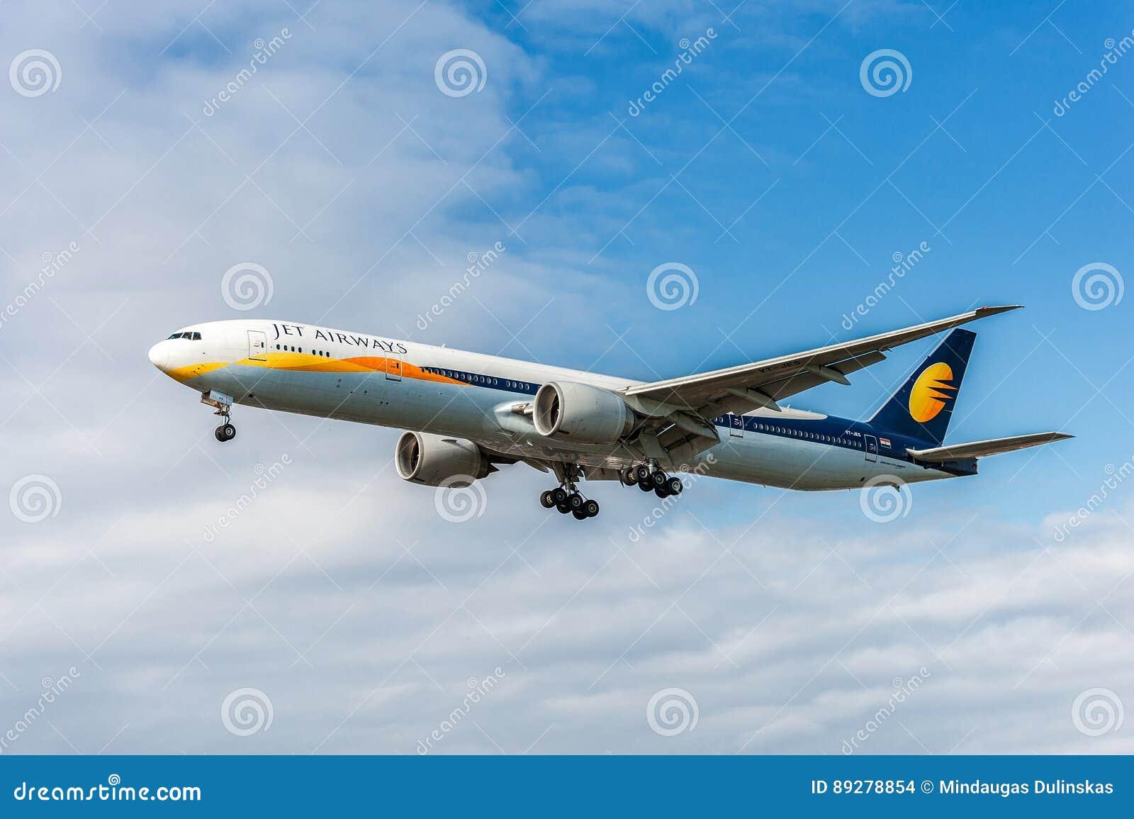 ΛΟΝΔΙΝΟ, ΑΓΓΛΙΑ - 22 ΑΥΓΟΎΣΤΟΥ 2016: VT-jes αεριωθούμενοι εναέριοι διάδρομοι Boeing 777 που προσγειώνονται στον αερολιμένα Heathr