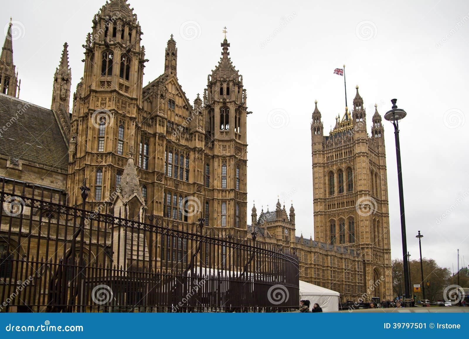ΛΟΝΔΙΝΟ, ΓΟΥΕΣΤΜΙΝΣΤΕΡ, UK - 5 Απριλίου 2014 σπίτια του Κοινοβουλίου και του πύργου του Κοινοβουλίου, άποψη από το Abingon ST