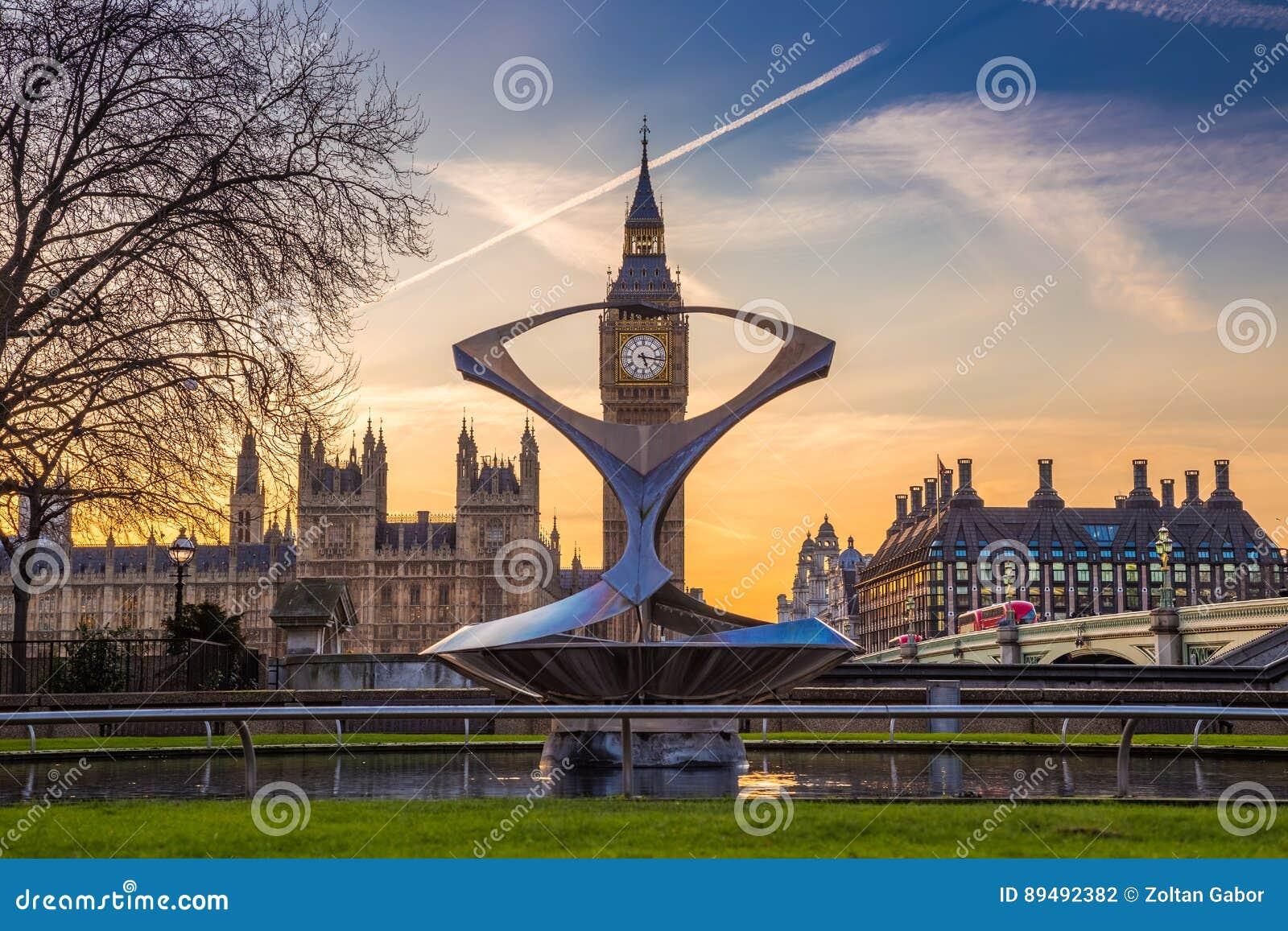 Λονδίνο, Αγγλία - το Big Ben, το διάσημο εικονίδιο του Λονδίνου με τις Βουλές του Κοινοβουλίου και των κόκκινων διπλών λεωφορείων