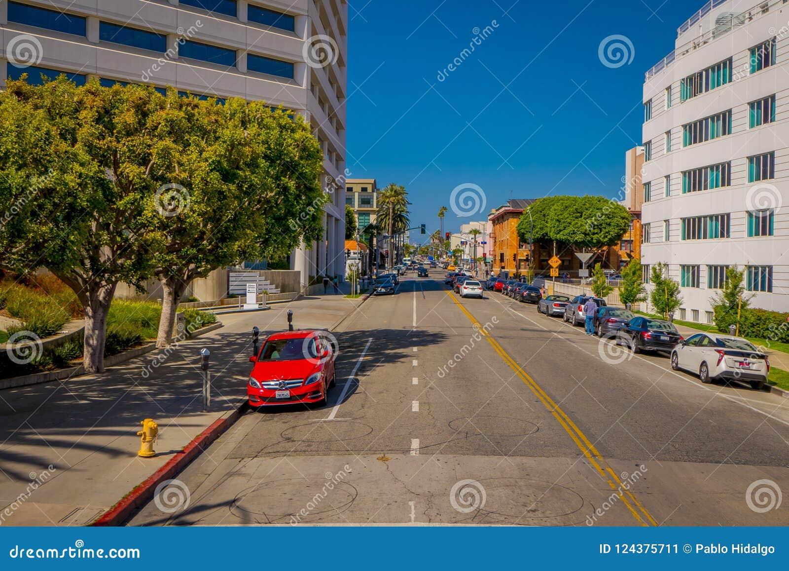 Λος Άντζελες, Καλιφόρνια, ΗΠΑ, 15 ΙΟΥΝΊΟΥ, 2018: Υπαίθρια άποψη των caras που σταθμεύουν στην πλευρά onde των οδών του Μπέβερλι Χ