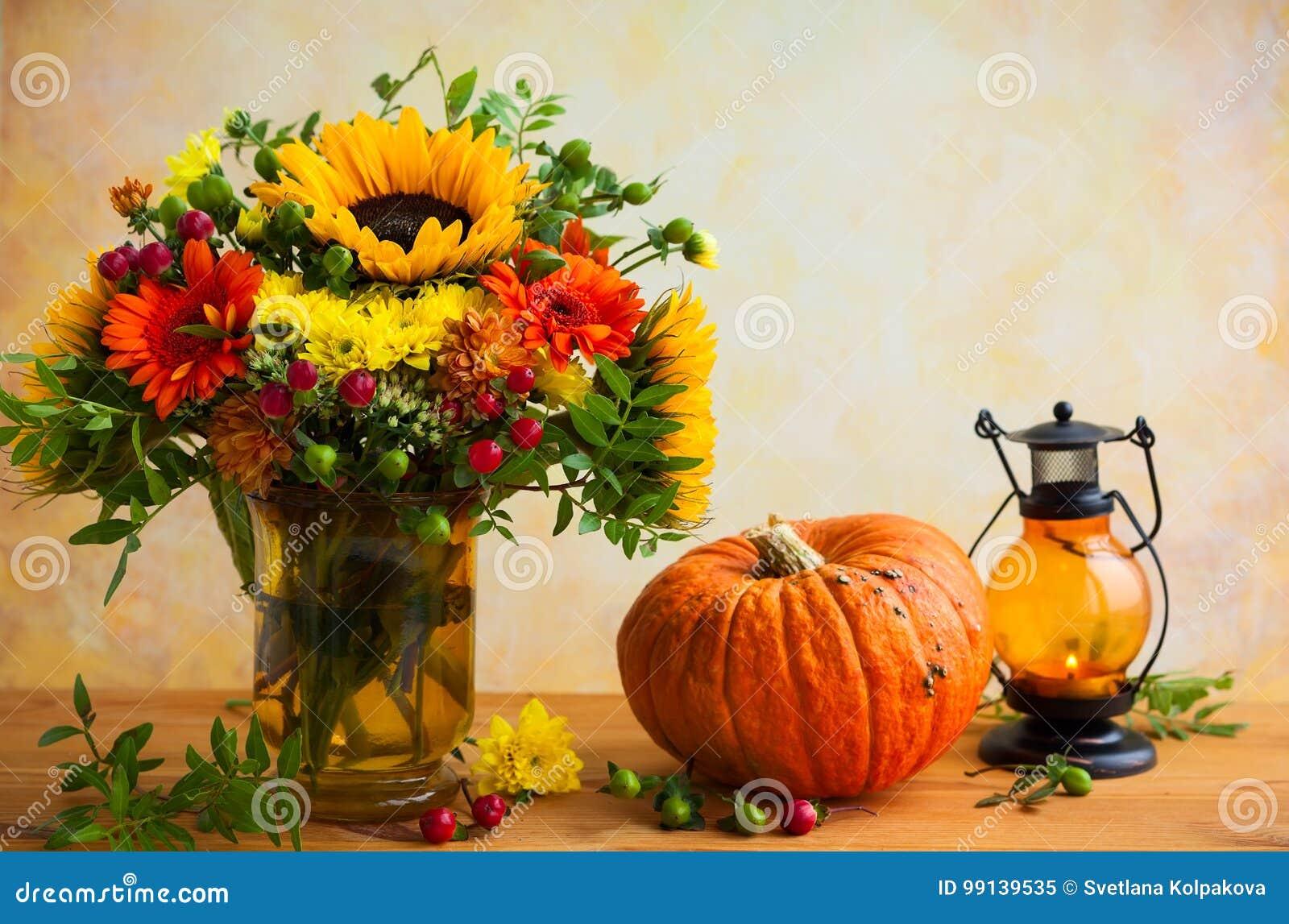 Λουλούδια και κολοκύθα φθινοπώρου