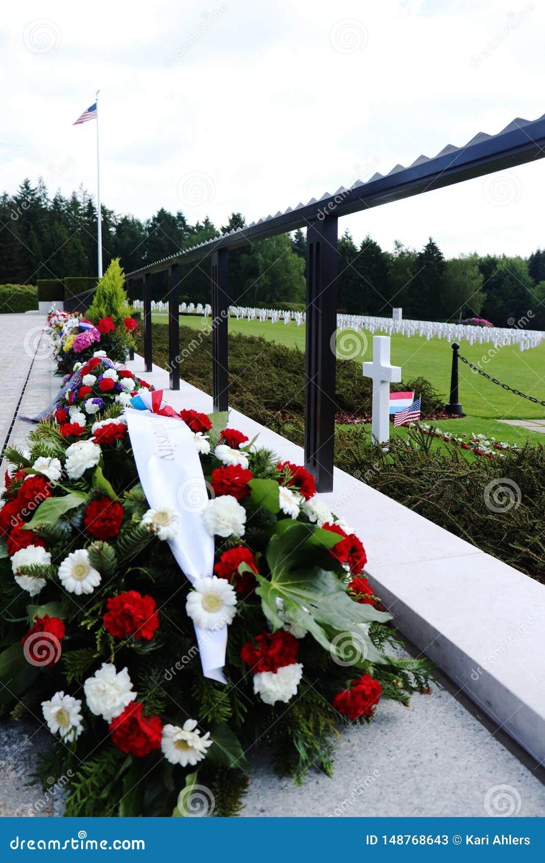 Λουλούδια προς τιμή τη ημέρα μνήμης  WWII νεκροταφείο στο Λουξεμβούργο