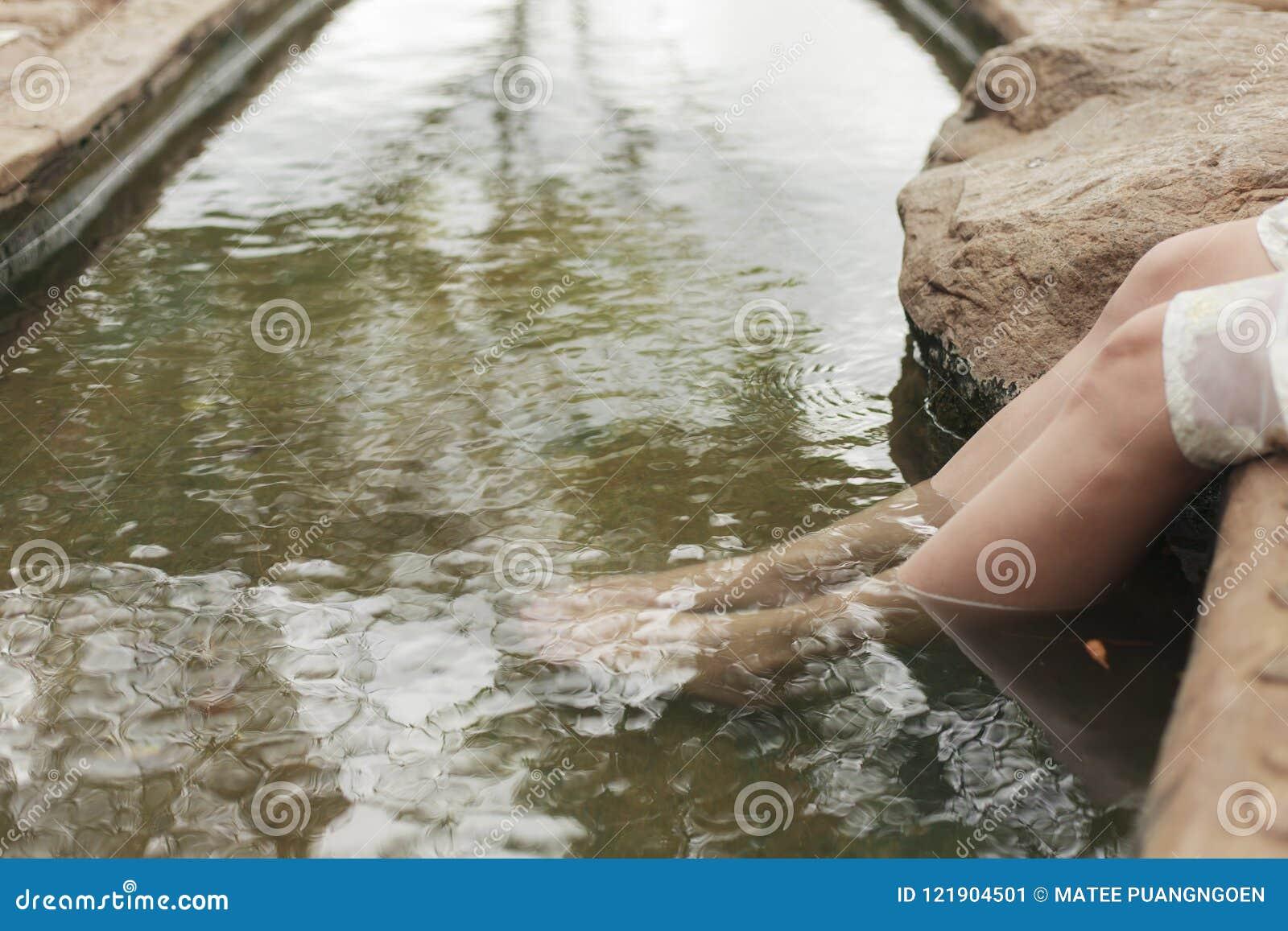 Λουτρό ποδιών, κρύο νερό, ζεστό νερό για να χαλαρώσει