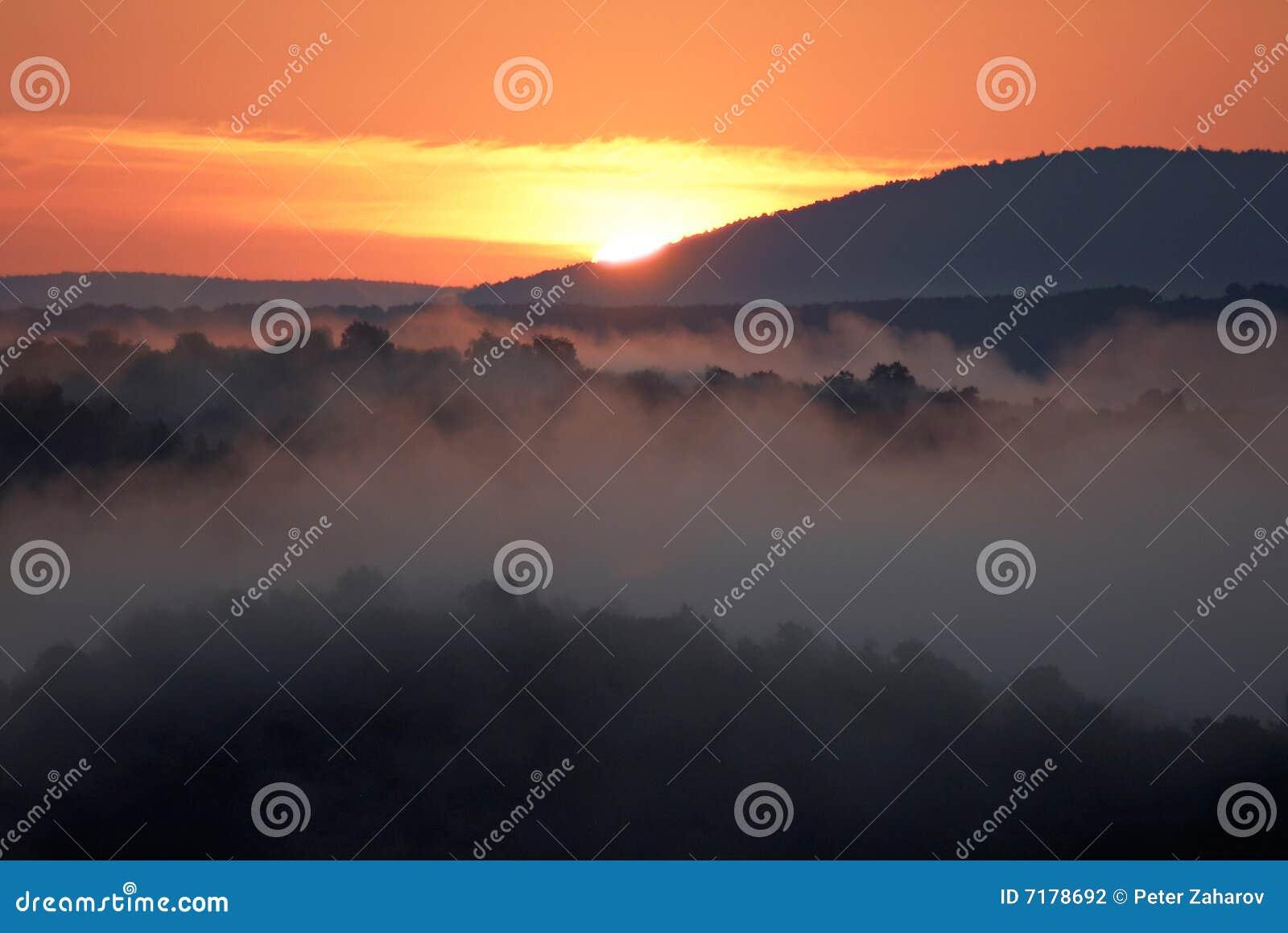 λοφώδης ελαφριά misty ακτίνα πρωινού περιοχής