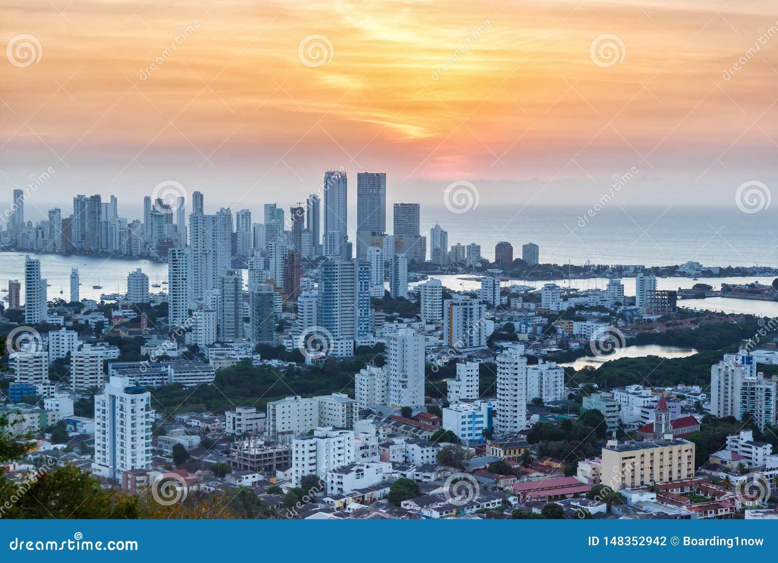 Λυκόφως ηλιοβασιλέματος ουρανοξυστών θάλασσας πόλεων της Κολομβίας οριζόντων της Καρχηδόνας