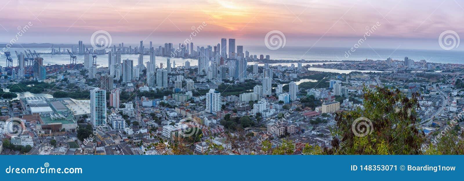 Λυκόφως ηλιοβασιλέματος ουρανοξυστών θάλασσας πόλεων της Κολομβίας πανοράματος οριζόντων της Καρχηδόνας