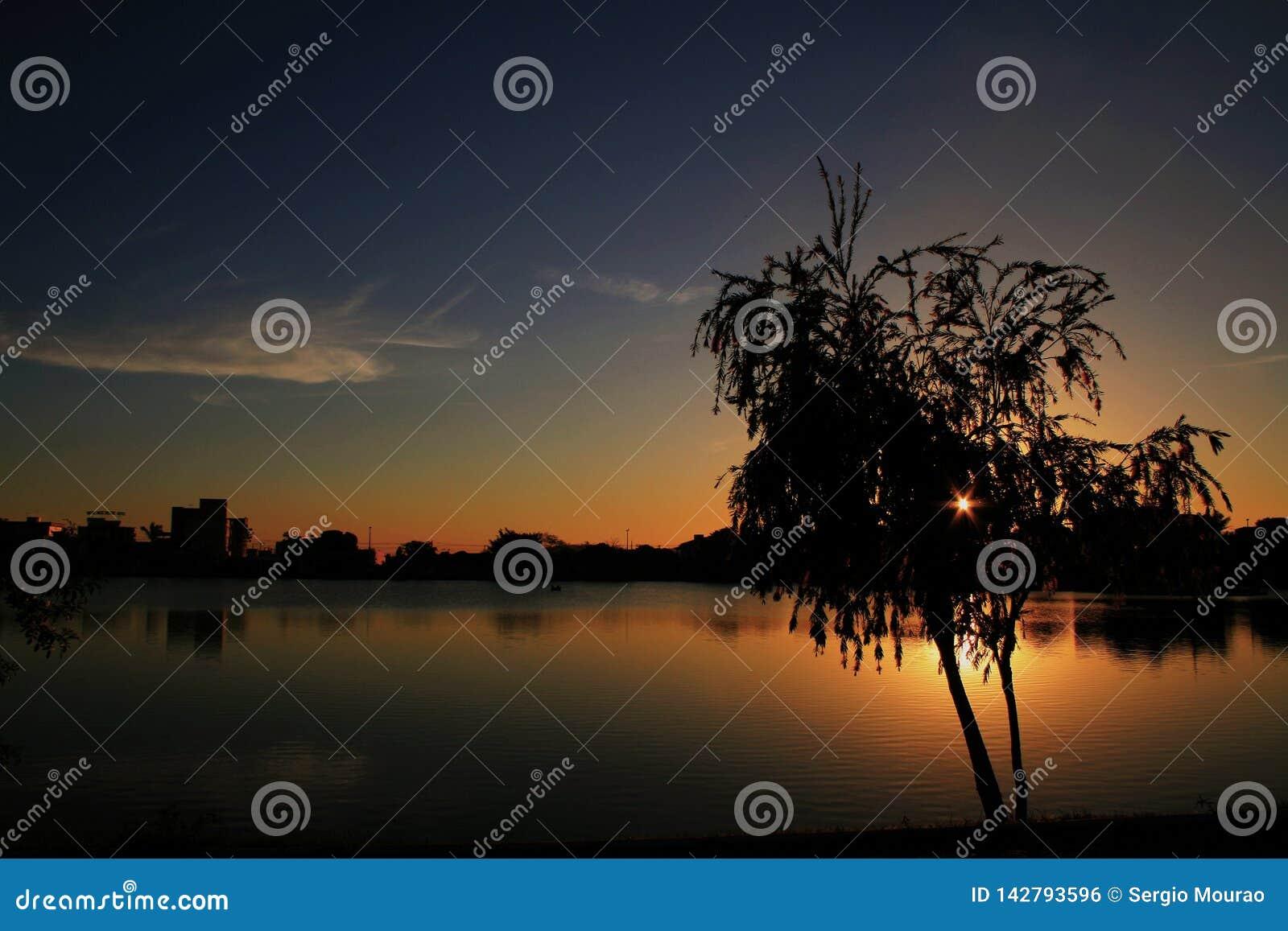 Λυκόφως στη λίμνη Patos de Minas