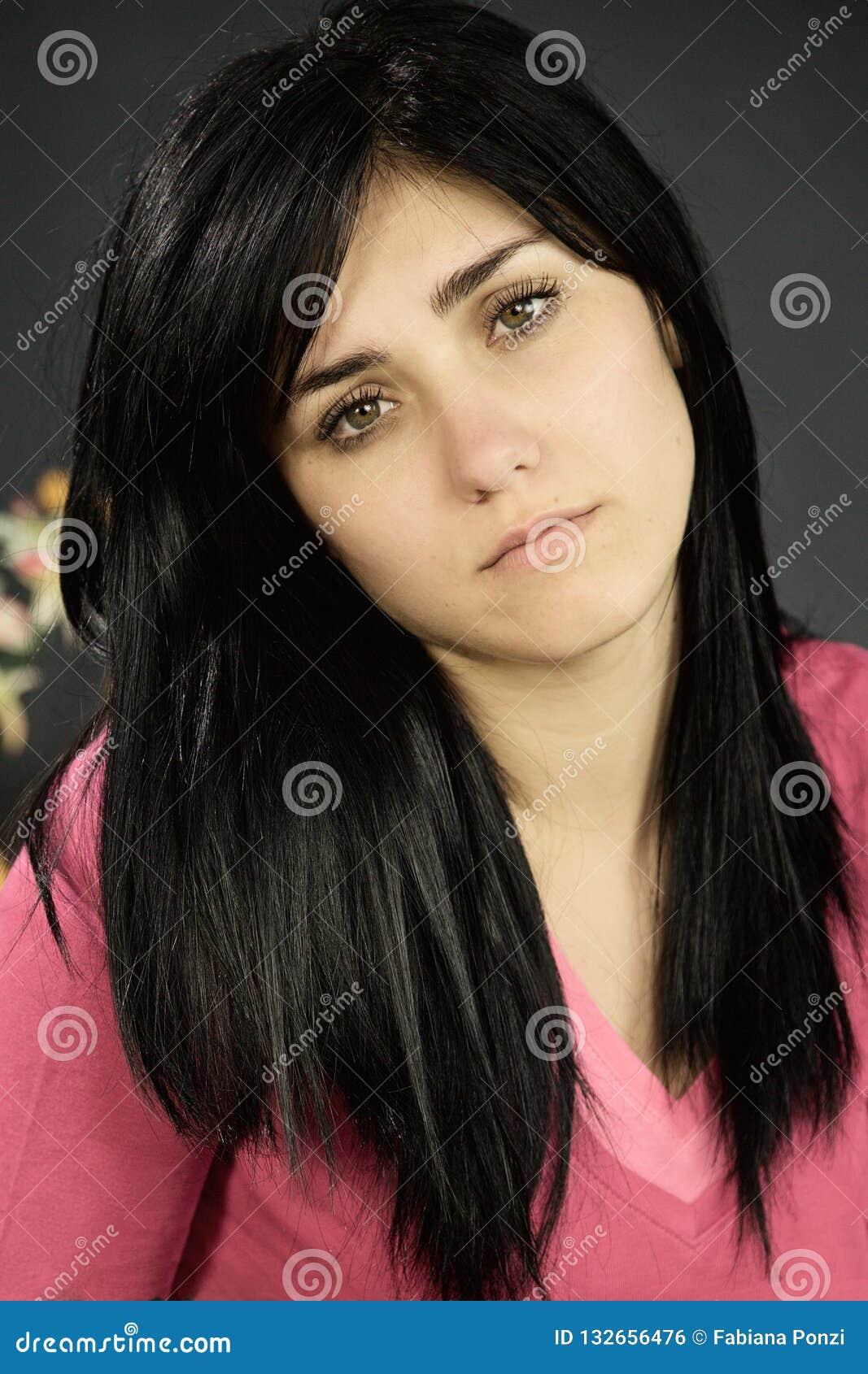Λυπημένη γυναίκα που αισθάνεται πιεσμένο να φανεί κάμερα