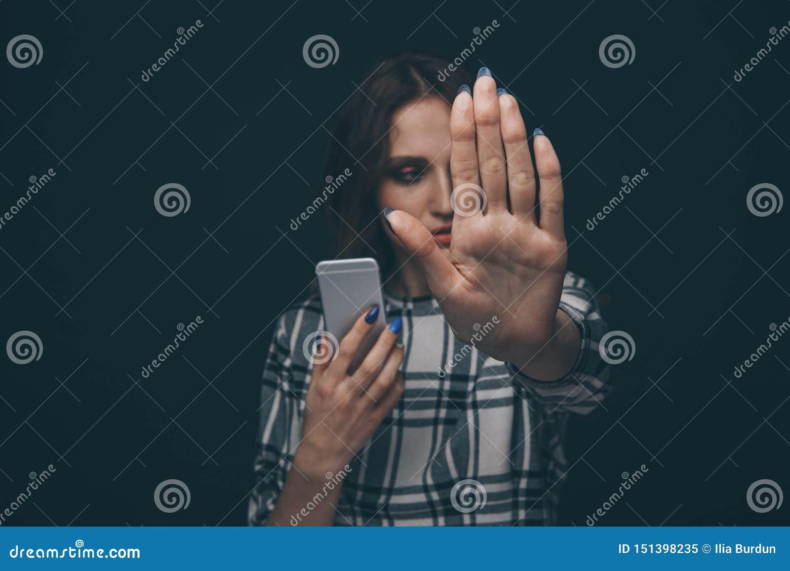 Λυπημένος έφηβος που είναι θύμα του cyber που φοβερίζει τη σε απευθείας σύνδεση συνεδρίαση σε έναν καναπέ στο καθιστικό