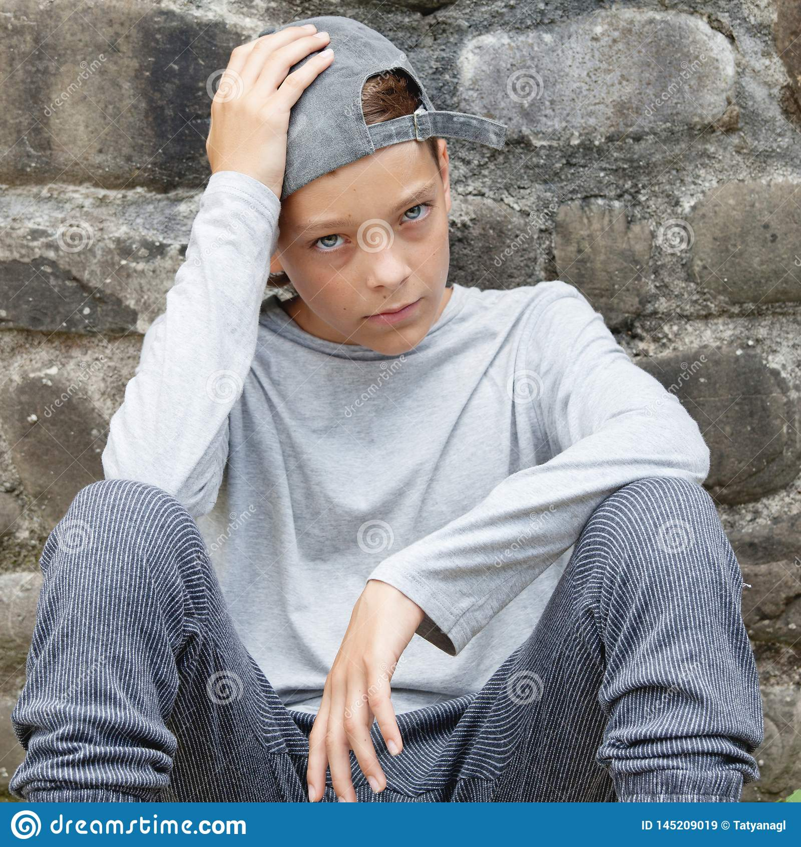 Λυπημένος έφηβος υπαίθρια