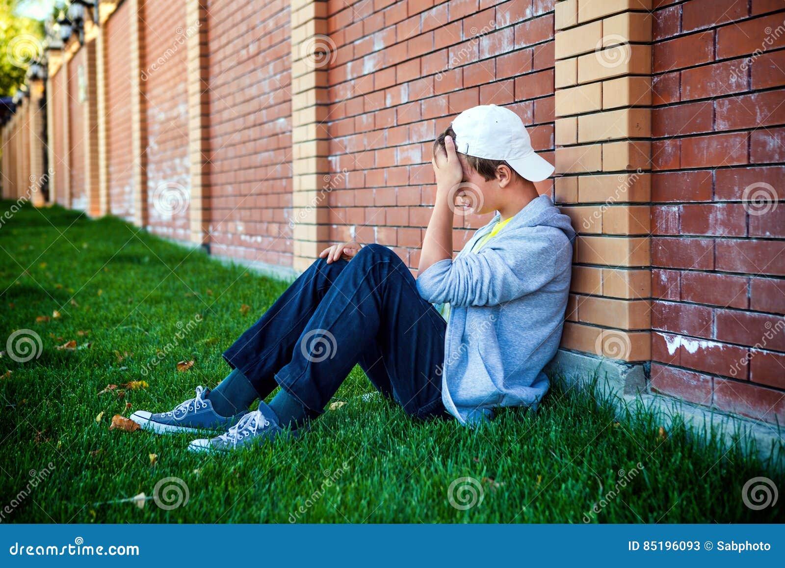 Λυπημένος έφηβος υπαίθριος