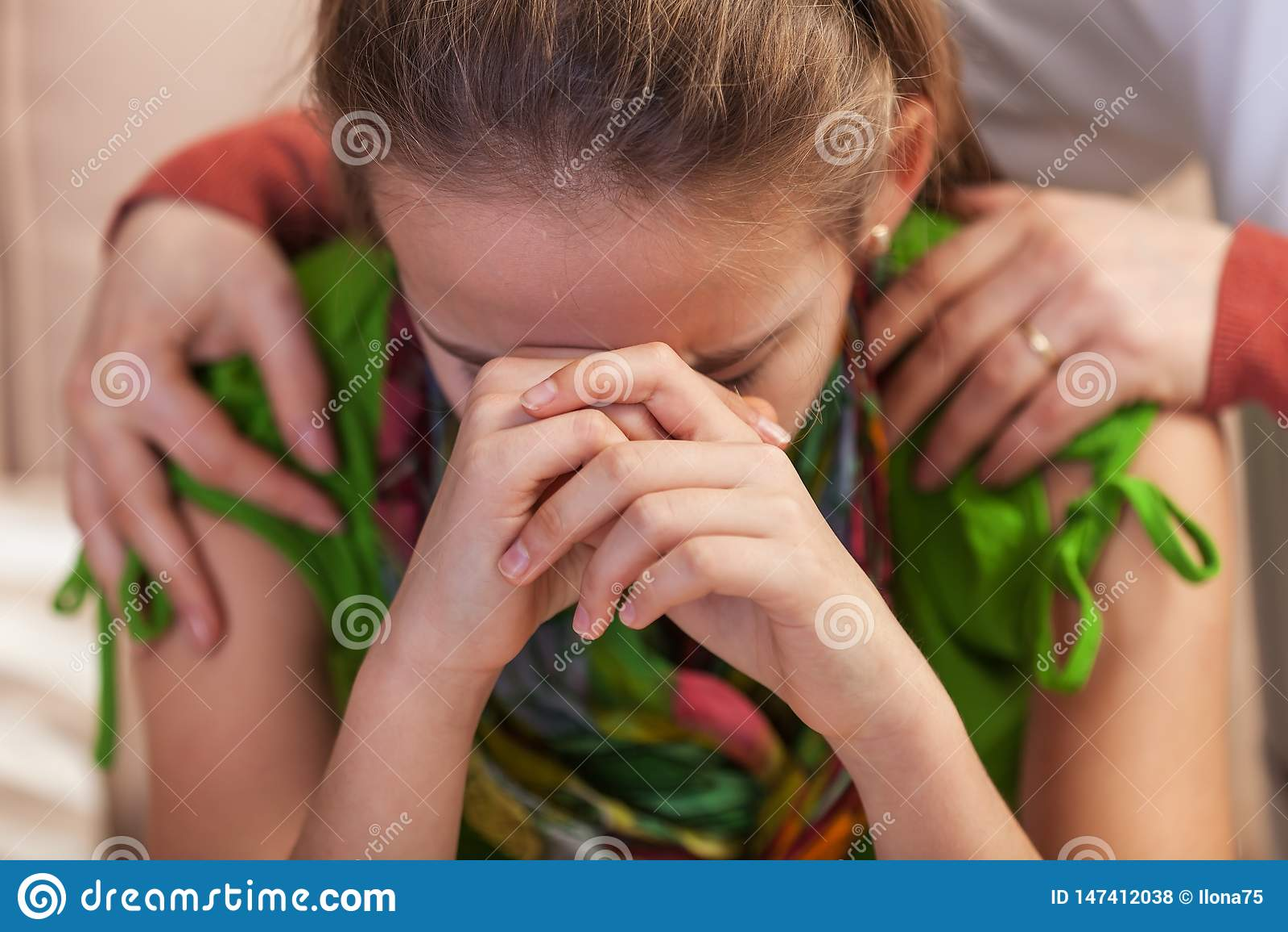 Λυπημένο έφηβη που το κεφάλι της στην απελπισία - χέρια γυναικών που κρατούν και που ανακουφίζουν την
