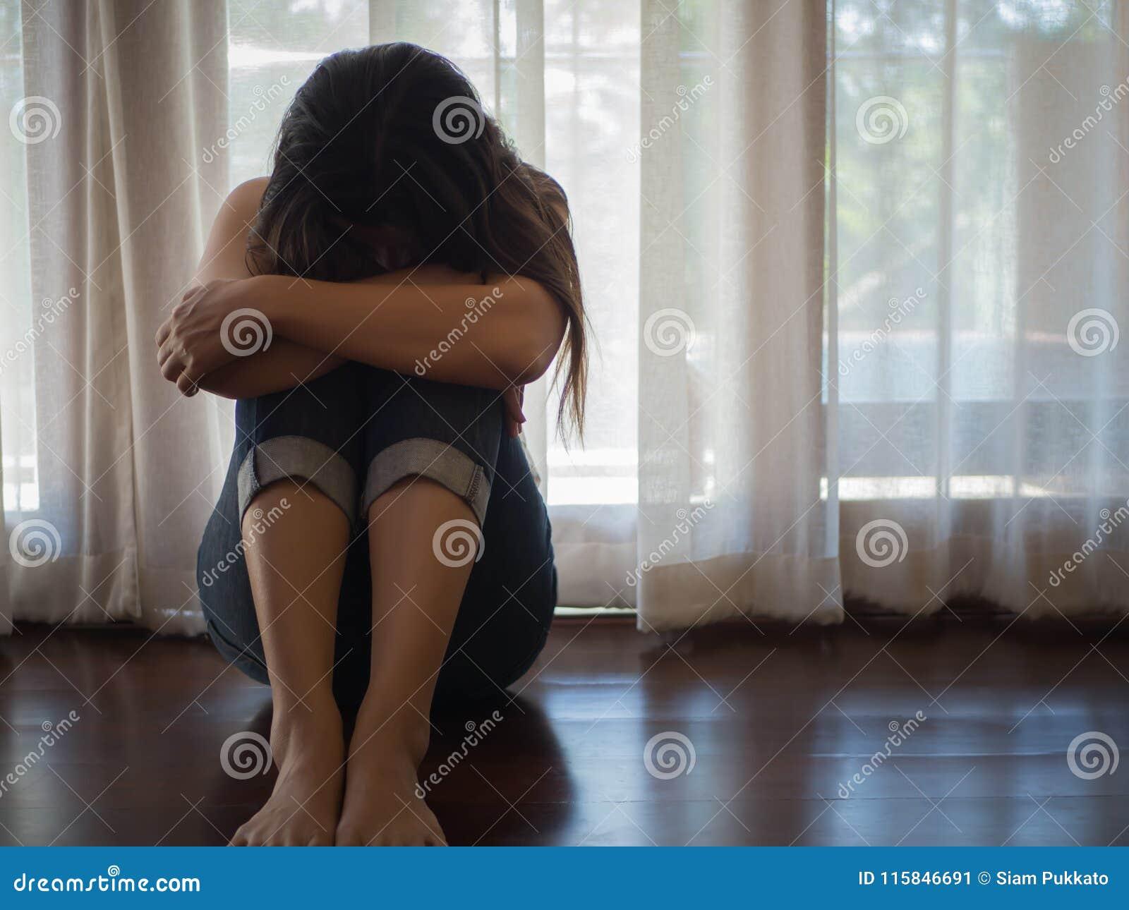 Λυπημένο και απελπισμένο αγκάλιασμα γυναικών το γόνατο και η κραυγή της καθμένος μόνο