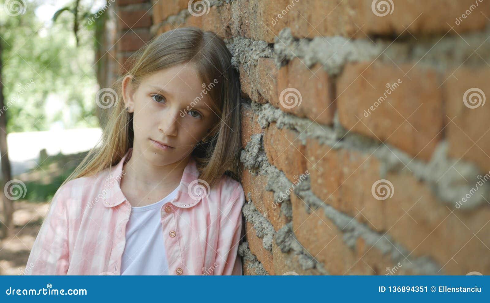 Λυπημένο καταθλιπτικό παιδί που φαίνεται κεκλεισμένων των θυρών, τρυπημένο πορτρέτο κοριτσιών, δυστυχισμένο πρόσωπο παιδιών