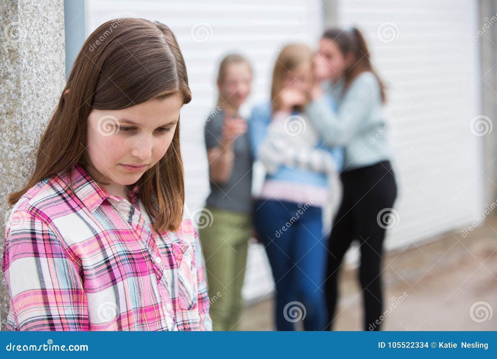 Λυπημένο προ κορίτσι εφήβων που αισθάνεται αριστερά έξω από τους φίλους