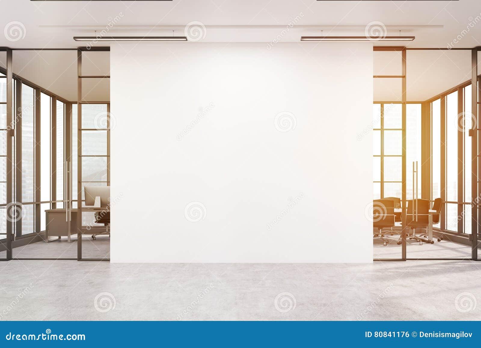 Λόμπι γραφείων με μεγάλο άσπρο τοίχο και δύο αίθουσες συνεδριάσεων, τόνος